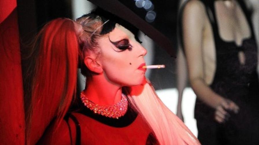 Лейди Гага с цип на...