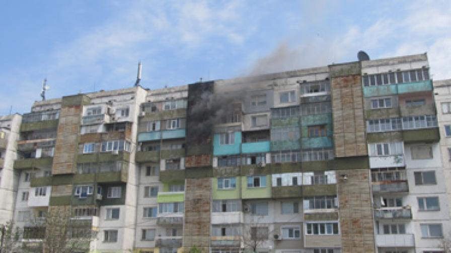 Пожар заклещи живущи в 8-етажен блок в Русе