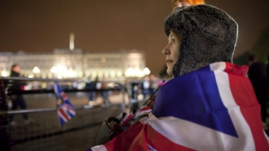 Една от хилядите зрителки, заела удобно място и пренощувала срещу Бъкингамския дворец в Лондон, за да види от удобно място пристигането на гостите и сватбеното шествие на младоженците