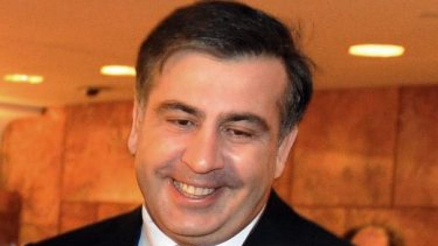 Грузинският президент опита да пъхне главата си в устата на делфин