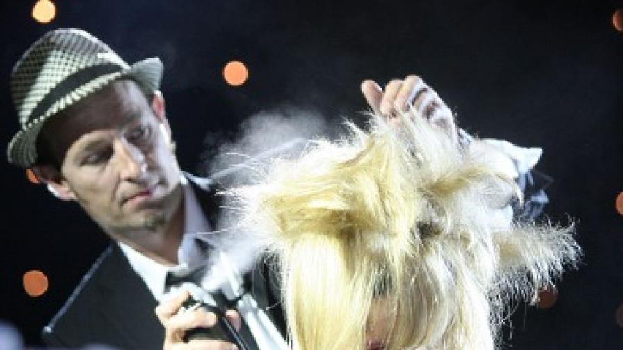 Стъпка 1: За официален кок тупирайте добре цялата коса и фиксирайте с лак