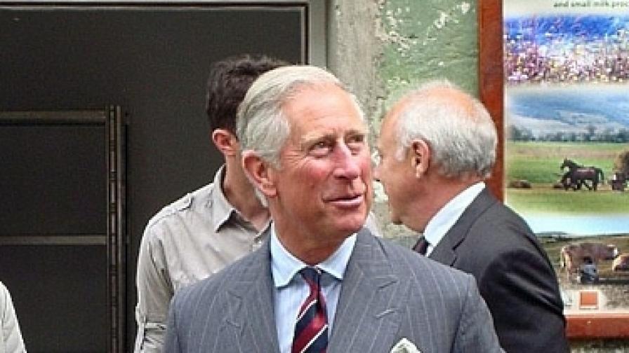 Принц Чарлз коси трева и пие ракия в Румъния