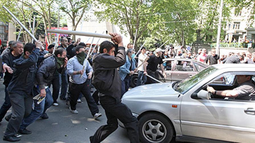 Близо 20 протестиращи нападнаха полицейски автомобил с тежки пластмасови пръти