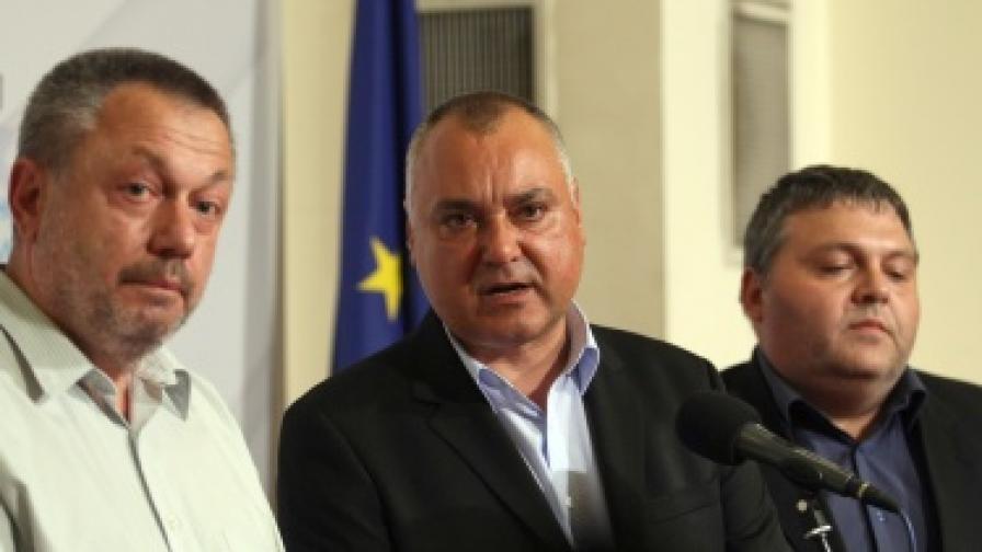 """Трима от """"Атака"""" напускат парламентарната й група"""