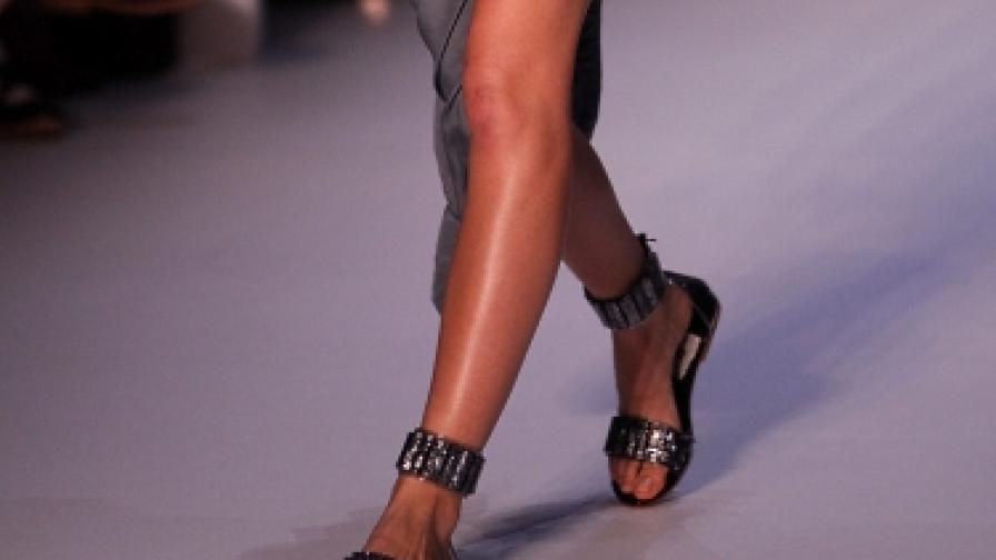 Равните сандали са новите токове