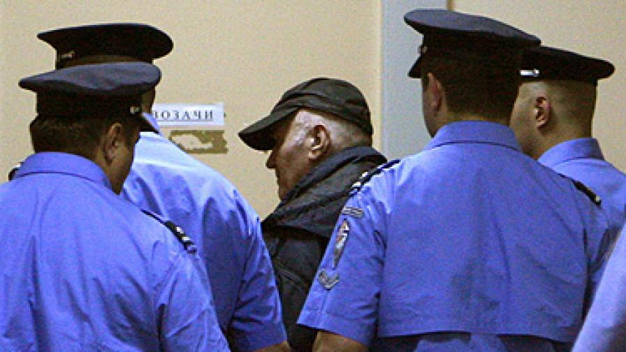 Младич (в средата) в сръбския арест