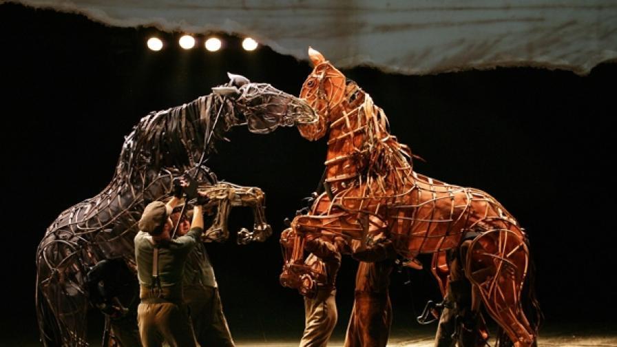 Сцена от спектакъла War Horse