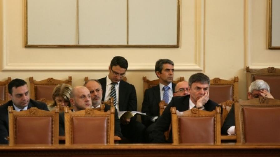 Станишев къса антикризисните програми на правителството