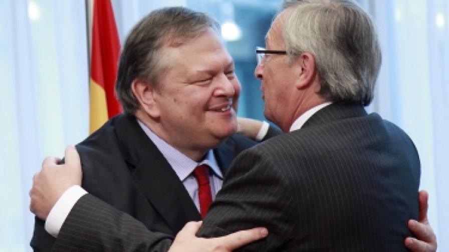 Гръцкият финансов министър Евангелос Венизелос прегръща председателя на Еврогрупата, премиера на Люксембург Жан-Клод Юнкер, на срещата в Брюксел