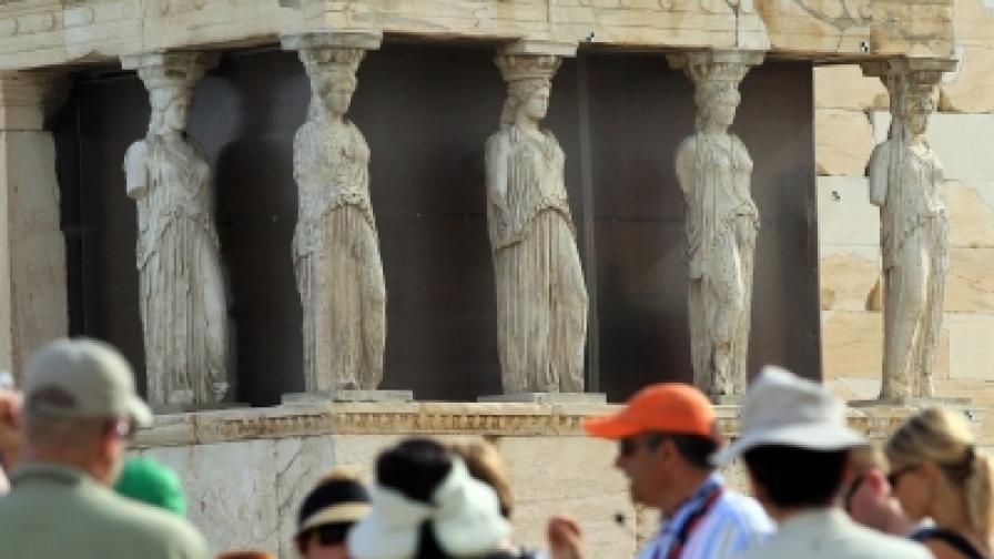 Туристите се завръщат в Гърция, привлечени от рязкото понижение на цените