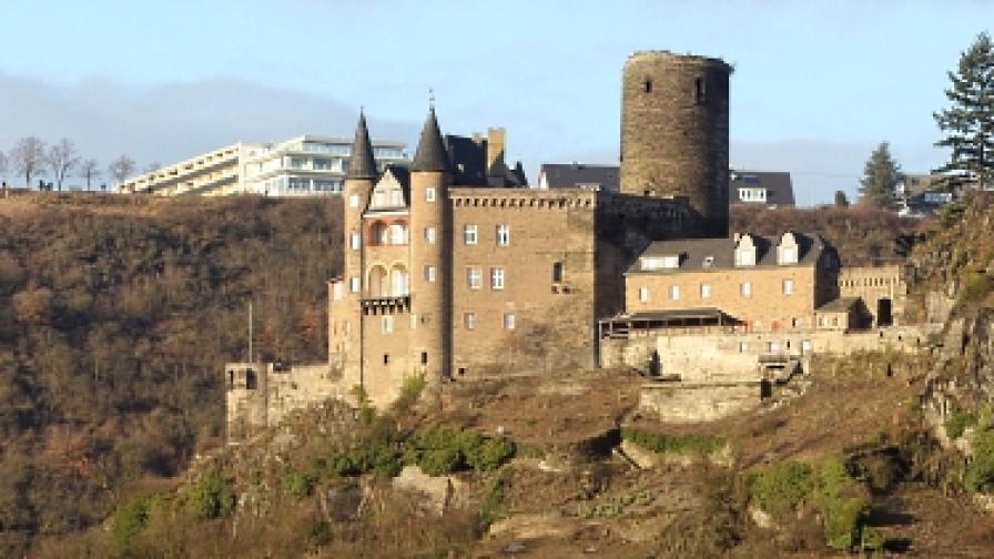 Мъж падна от замък, докато целувал страстно
