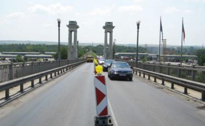 Поетапно спират движението по Дунав мост