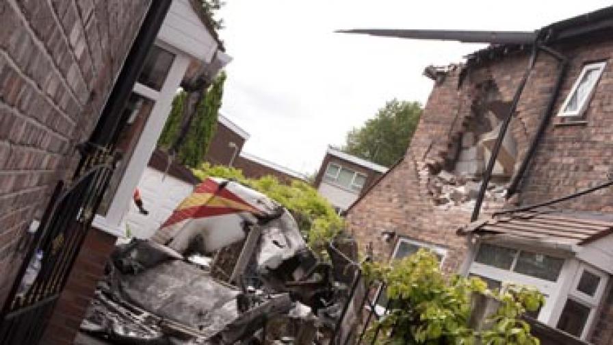 Самолет се разби в къща в Манчестър