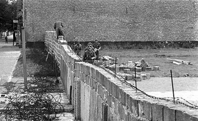 Резултат с изображение за ГДР затваря границата със Западен Берлин.