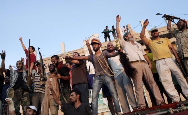 Любопитни и мародери: Ето къде и как живяха Кадафи