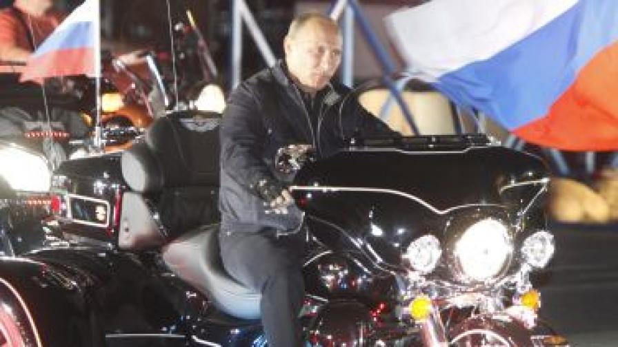 """Владимир Путин яхна мотор """"Харли Дейвидсън"""" и поведе група рокери, събрали се на среща на брега на Черно море"""