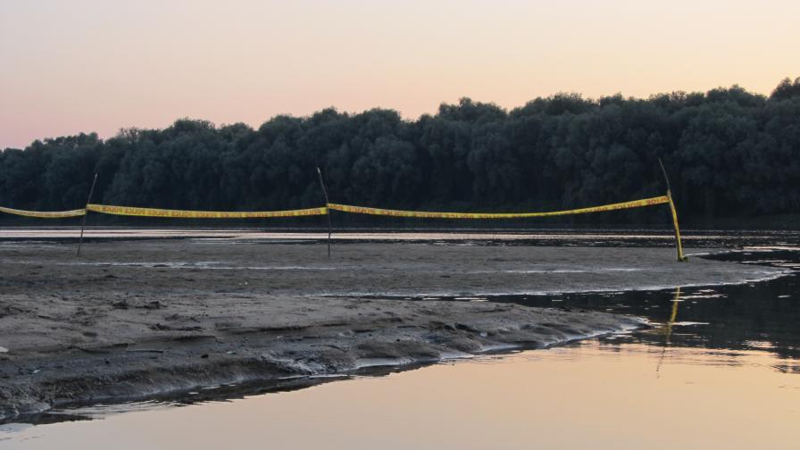 Критично ниско ниво в Дунав, два заседнали кораба