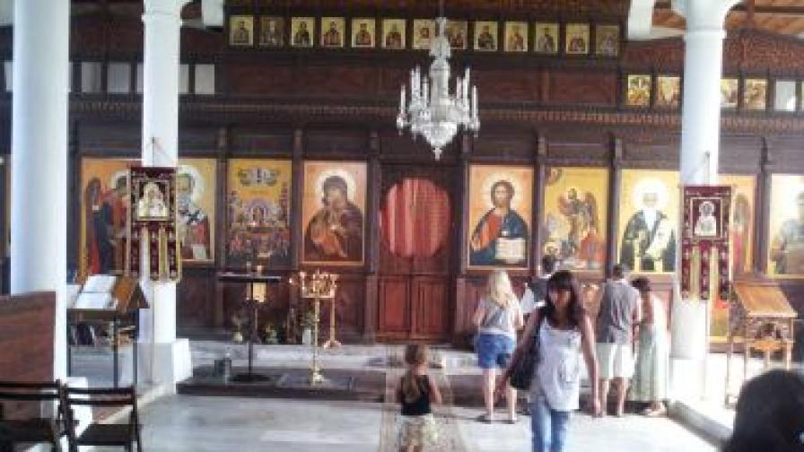 Българската православна църква отбелязва днес Рождество на Пресвета Богородица