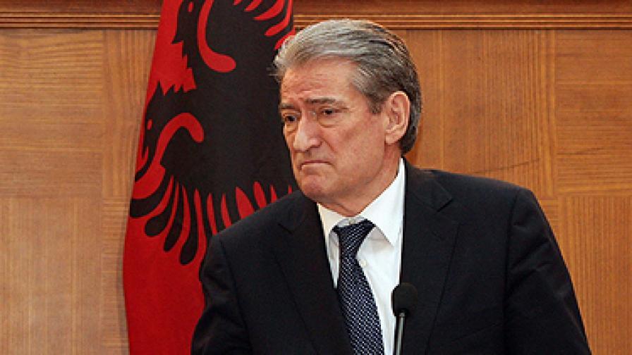 Спецчасти пазят албанците от премиера