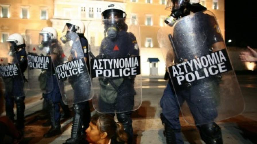 """Гърците посрещат """"Тройката"""" с блокади на министерства"""