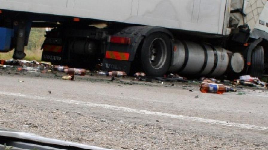 Камион заля път Е-79 с бира и предизвика серия от катастрофи
