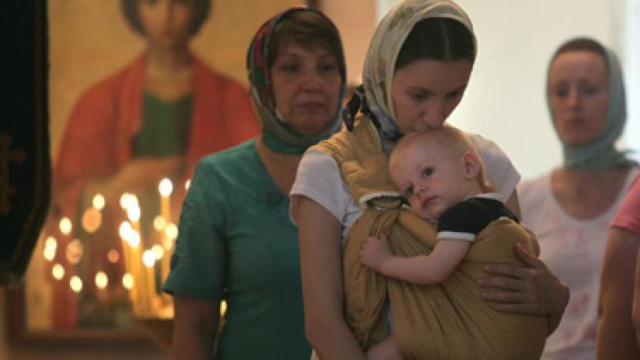 Хиляди рускини пред църква за плодовитост