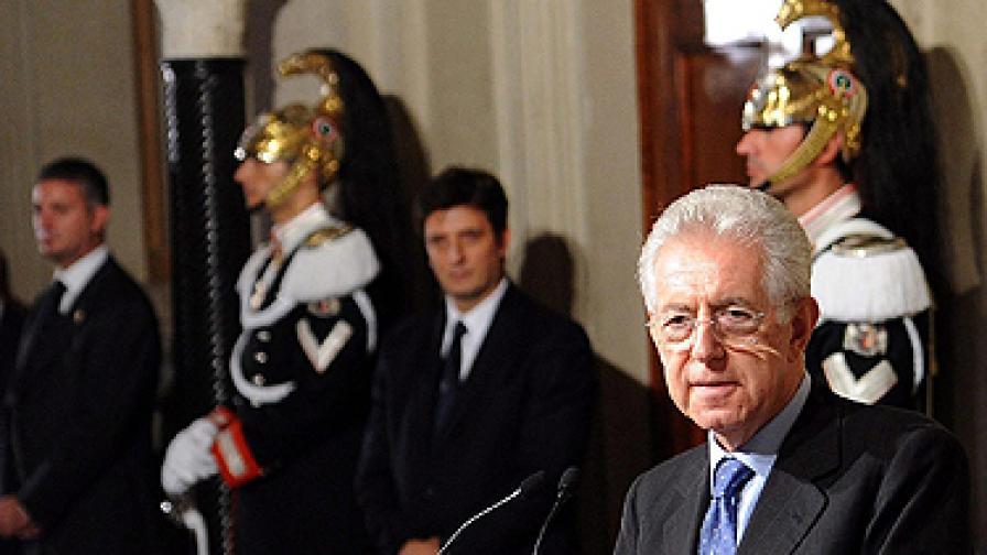 Марио Монти (на преден план) след срещата си с президента