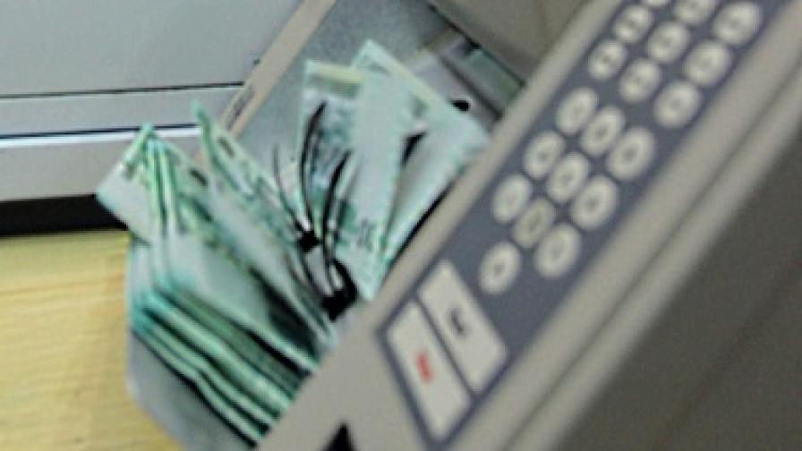 Често българите теглят малки кредити заради забавени заплати