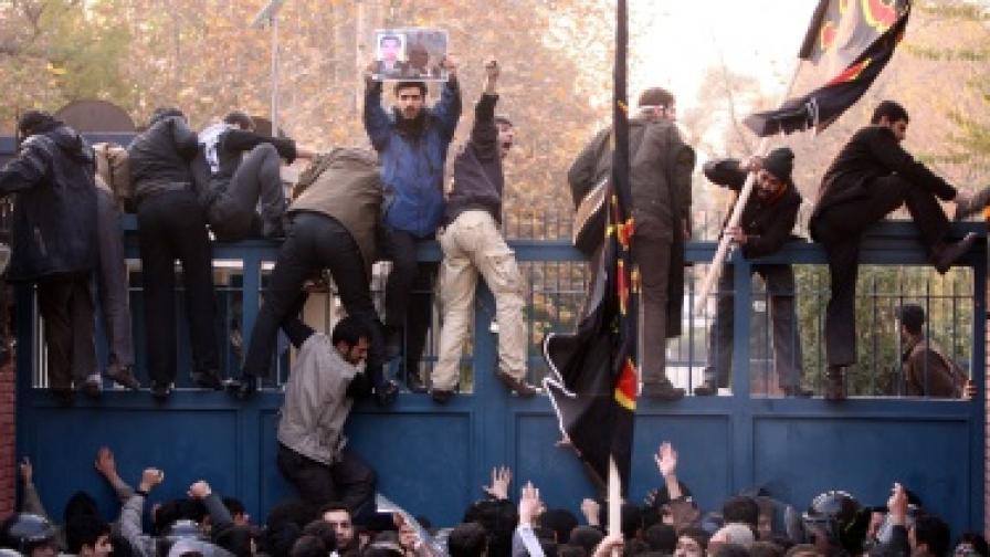 Щурмуваха британското посолство в Иран