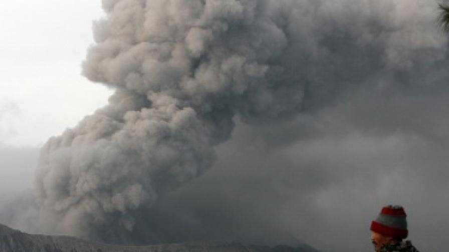 Вулканично изригване и земетресение в Индонезия