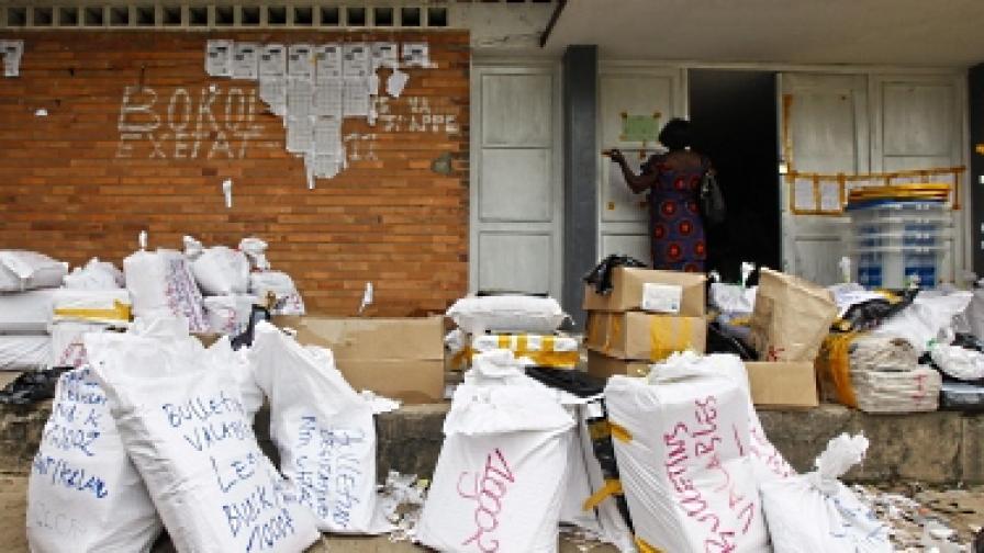 Чували с преброени бюлетини  са оставени без надзор пред избирателна секция, преди да бъдат откарани в централната избирателна комисия в Киншаса