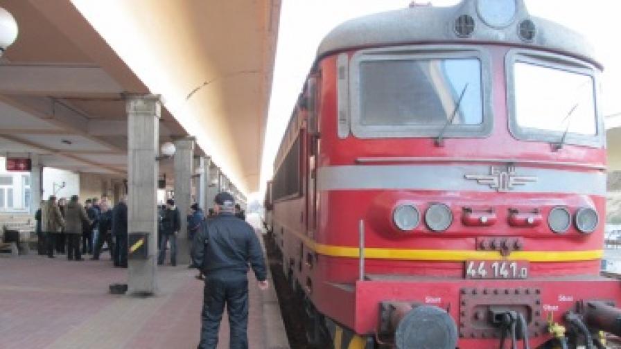 Стачката в БДЖ продължава, ръководството спира влакове