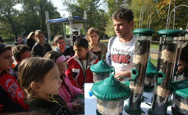 Деца викат редки птици с хранилки от бутилки