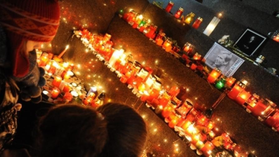 """Хиляди чешки граданидойдоха тази вечер на знаменития площад """"Вацлавски намести"""" в Прага, за да запалят свещички в памет на любимия им Вацлав Хавел"""