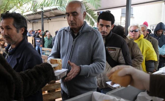 Много гърци посрещат Коледа в социални кухни