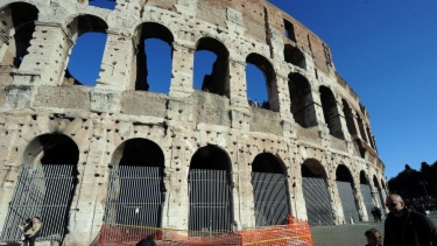 Парче от Колизеума се откърти заради туристите