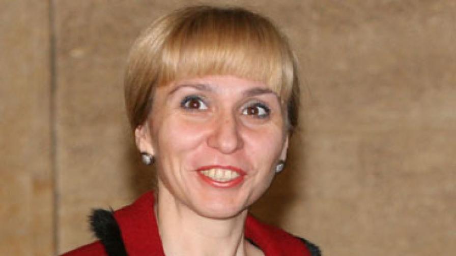Министър Ковачева защити Деница Петкова