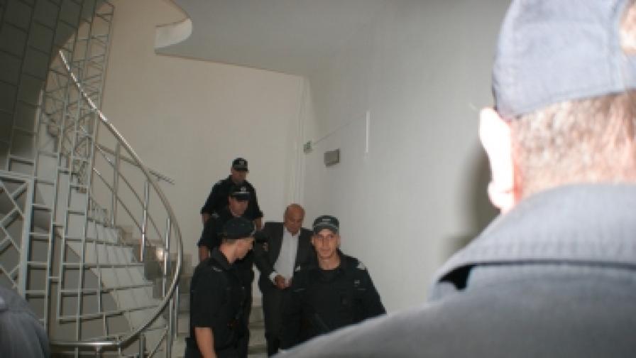 Извеждат Кирил Ращков от заседание на Асеновградския районен съд