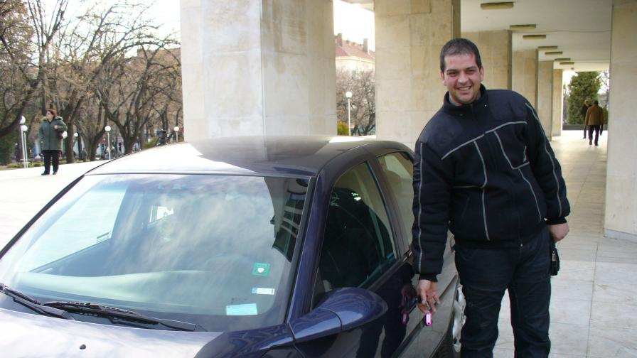 Стефан Стойчев до новия служебен автомобил