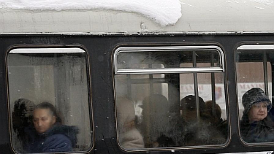 Мъж боде с игла жени в трамваите на Букурещ