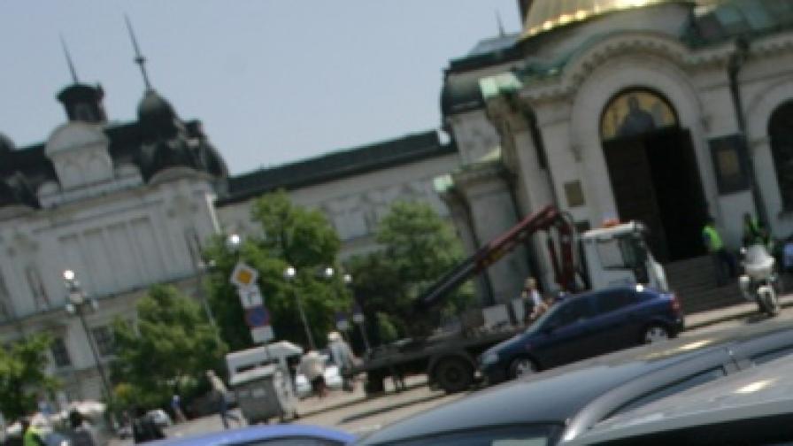 """Паркингът пред """"Св. Александър Невски"""" бил като ромски катун"""