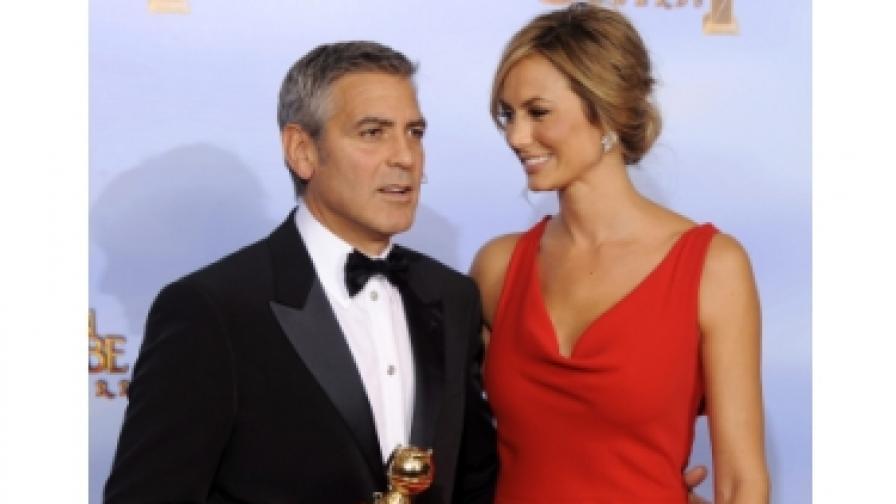 """Джордж Клуни, който получи """"Златен глобус"""" за ролята във филма """"Потомците"""", позира с приятелката си Стейси Киблър"""