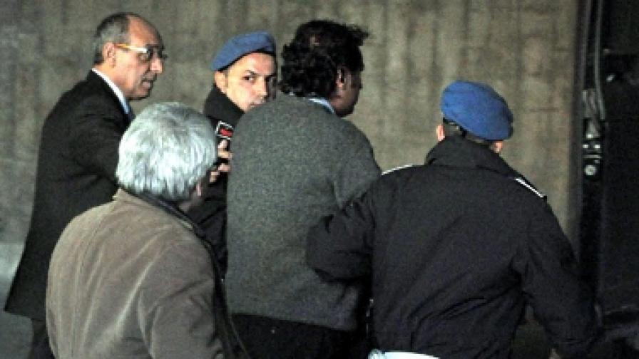 Капитан Франческо Скетино (в средата) бе поставен под домашен арест