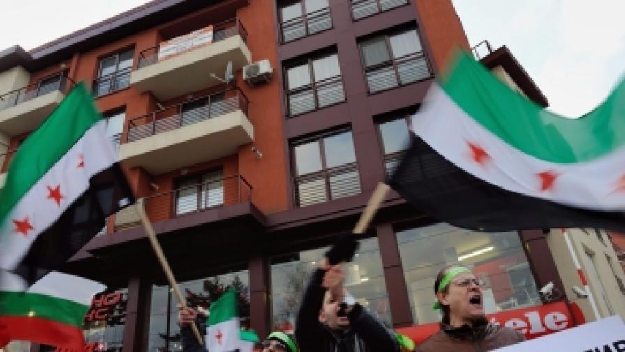 Сирийски демонстранти протестират в София пред посолството на Иран, срещу подкрепата, която режимът в Техеран оказва за насилието, упражнявано от сирийския президент Асад