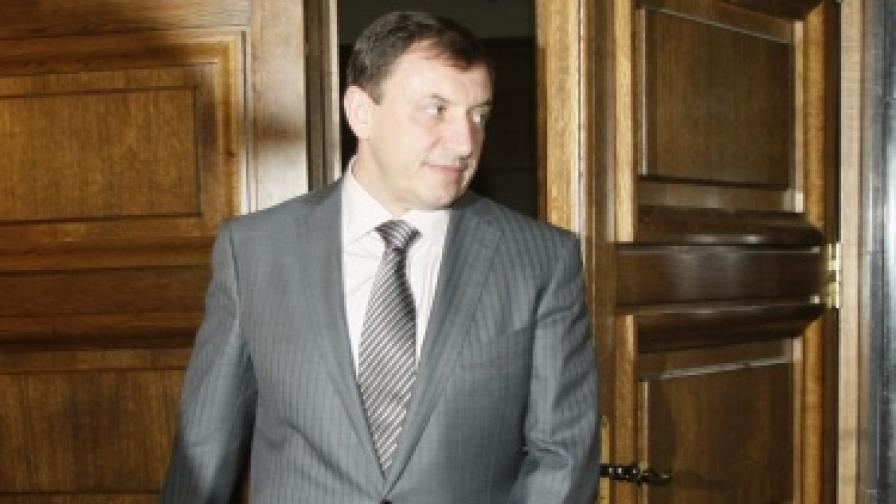Алексей Петров влиза в съдебната зала