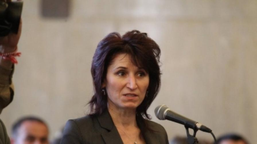 Сание Сютлю е инициатор на гражданска организация, в която се надява да обедини разочарованите и от Ахмед Доган, и от Касим Дал