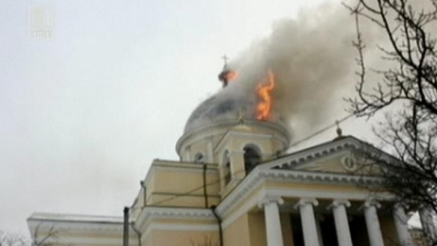 Кадър от репортаж на БНТ, на който се вижда горящият купол на храма