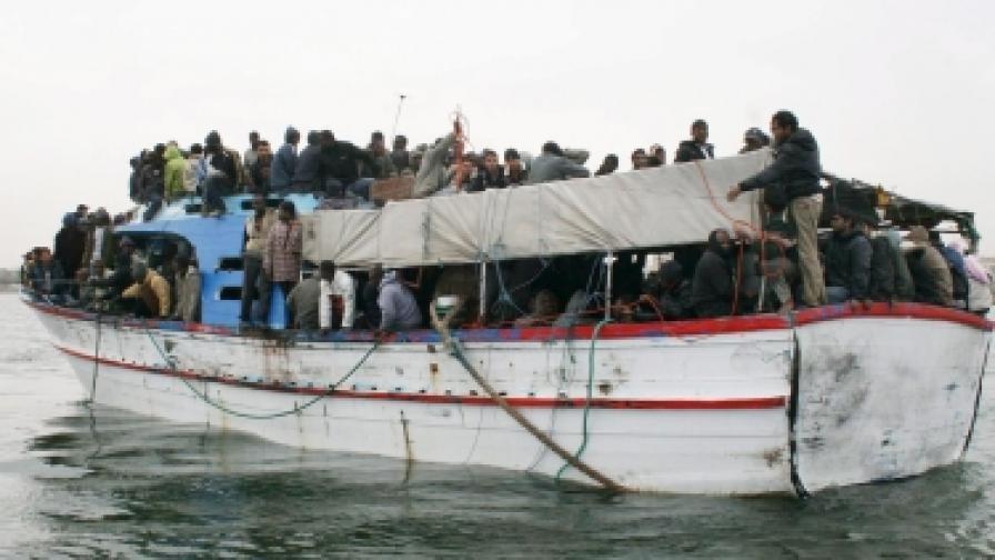 Често емигрантите използват с риск за живота си импровизирани плавателни съдове