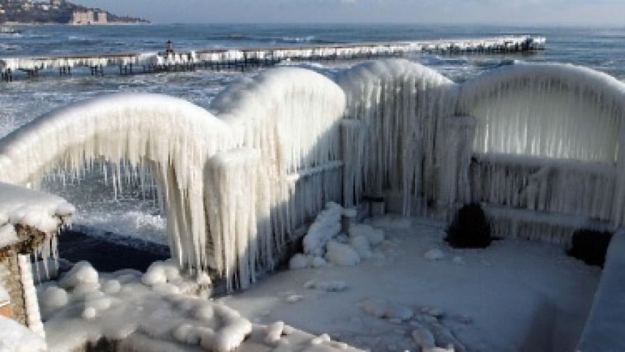 Леденият вятър, морските вълни и отрицателните температури изваяха ледени дворци на брега на морето край Варна