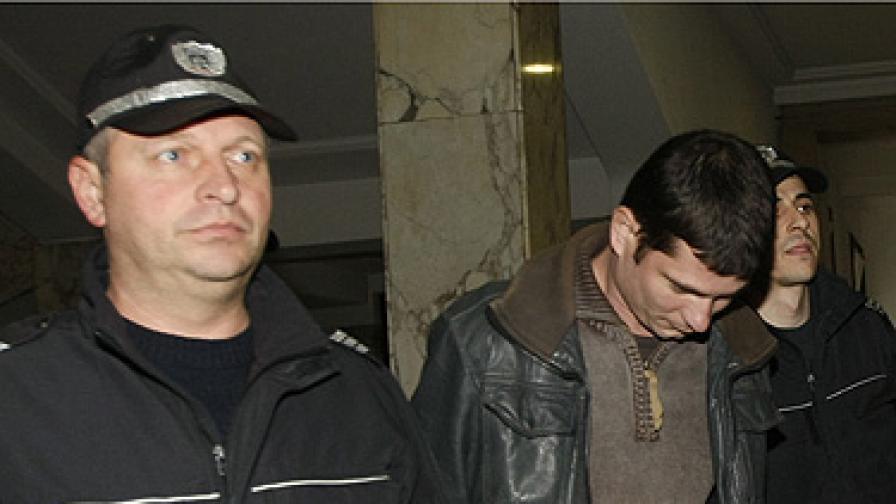 В ареста отново е и Юлиян Ковачки (в средата)